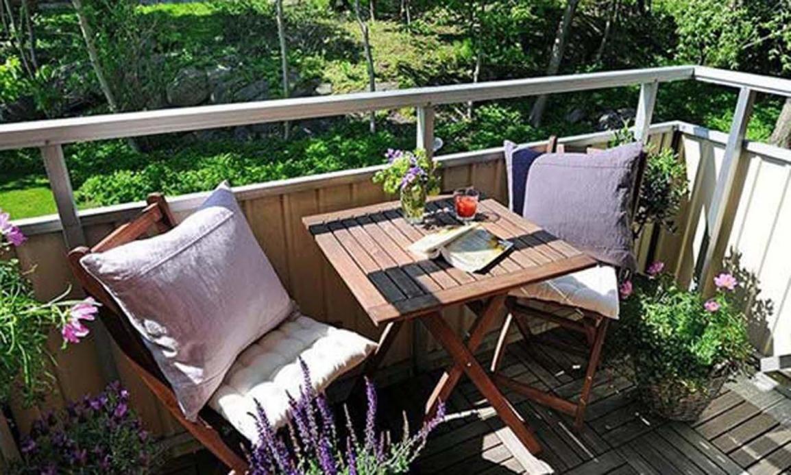 Красивый балкон - место длЯ отдыха в современных квартирах.