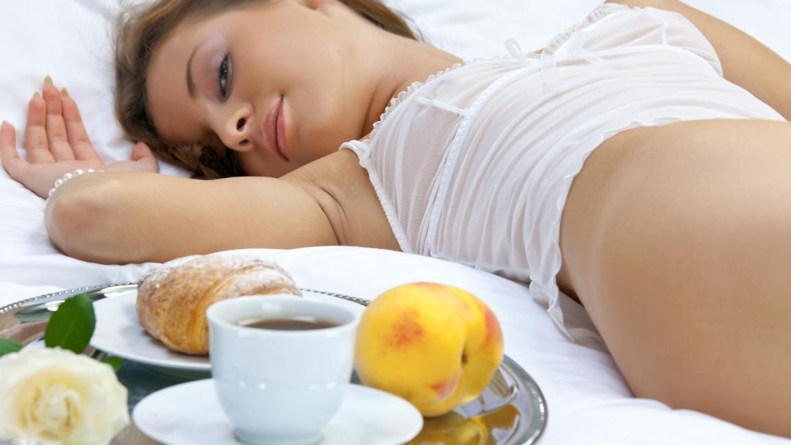 Девушка приносит завтрак фото — pic 9
