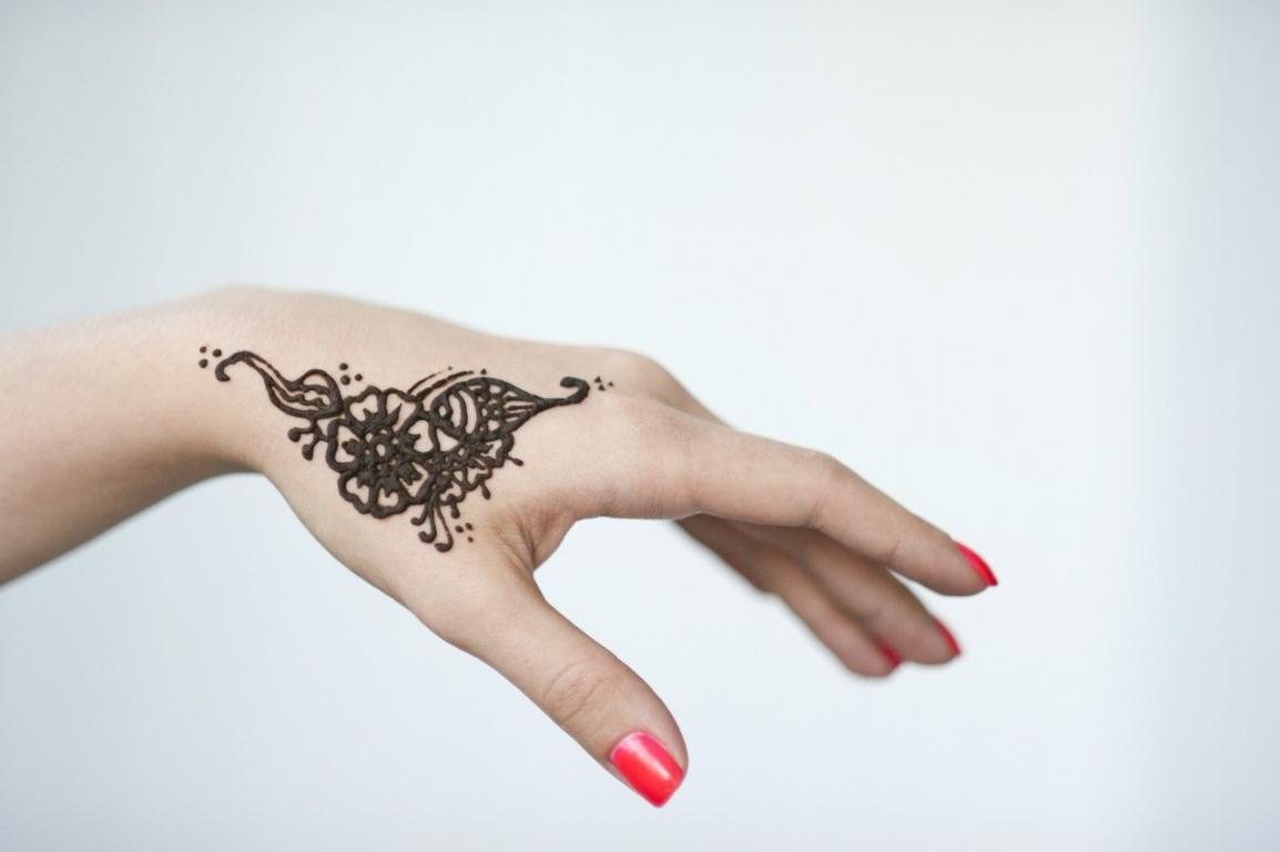 Мехенди на руке фото для девочек простые своими руками